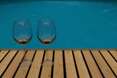 Glazen op tropische pool Royalty-vrije Stock Foto