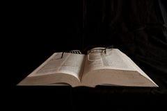 Glazen op woordenboek Stock Afbeeldingen