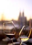 Glazen rode en witte wijn Stock Foto