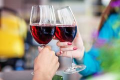 Glazen rode wijn in hun handen Rooster het concept partij Stock Afbeeldingen
