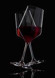 Glazen rode wijn met bezinning over zwarte Stock Afbeelding