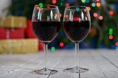 Glazen rode wijn met Kerstmisdecoratie Stock Foto's