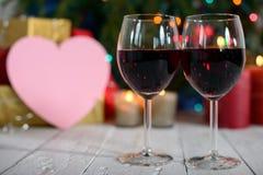 Glazen rode wijn met Kerstmisdecoratie Royalty-vrije Stock Fotografie