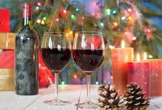 Glazen rode wijn met Kerstmisdecoratie Royalty-vrije Stock Foto