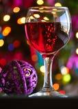 Glazen rode wijn met Kerstmisdecoratie Royalty-vrije Stock Afbeelding