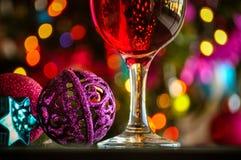Glazen rode wijn met Kerstmisdecoratie Stock Afbeelding