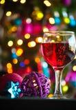 Glazen rode wijn met Kerstmisdecoratie Royalty-vrije Stock Afbeeldingen