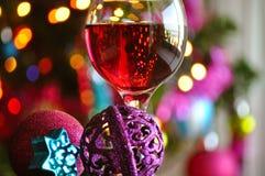 Glazen rode wijn met Kerstmisdecoratie Stock Afbeeldingen