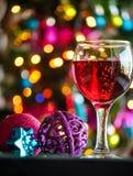 Glazen rode wijn met Kerstmisdecoratie Stock Fotografie