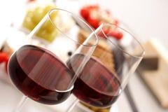 Glazen rode wijn met voorgerecht stock afbeeldingen