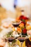 Glazen rode wijn op ontvangst Stock Afbeelding