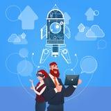 Glazen Ruimterocket success startup development van de bedrijfsman en Vrouwenslijtage de Digitale Werkelijkheid Stock Afbeelding