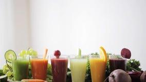 Glazen sap, groenten en vruchten op lijst stock footage