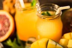 Glazen sappen Verfrissingen en de zomerdranken Stock Foto