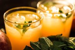 Glazen sappen Verfrissingen en de zomerdranken Stock Afbeelding