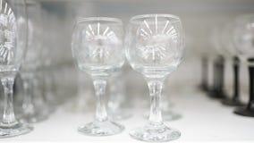 Glazen stemware, wijnglazen in de markt stock afbeeldingen