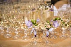 Glazen van bruidegom en bruid Royalty-vrije Stock Afbeeldingen