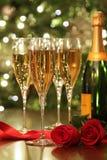 Glazen van Champagne met rode rozen Stock Afbeeldingen