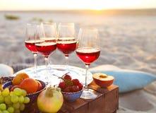 Glazen van de rode wijn op de zonsondergang Royalty-vrije Stock Afbeeldingen