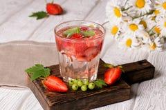 Glazen van het verfrissen van drank op lijst Royalty-vrije Stock Afbeeldingen