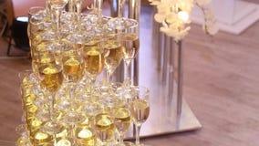 Glazen van omhoog gemaakte champagnepiramide Royalty-vrije Stock Foto's