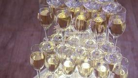 Glazen van omhoog gemaakte champagnepiramide Stock Afbeelding