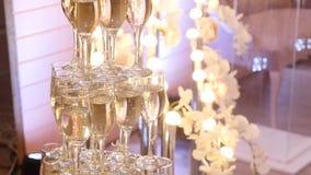 Glazen van omhoog gemaakte champagnepiramide Stock Fotografie