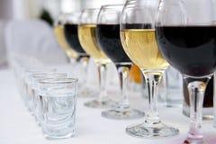 Glazen van rode en witte wijnstok royalty-vrije stock afbeeldingen