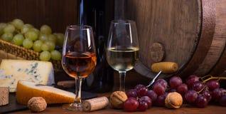 Glazen van roos en witte het vat bruine achtergrond van wijnkazen grapesand royalty-vrije stock foto