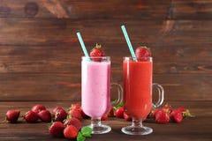 Glazen van verse aardbei smoothies stock afbeelding