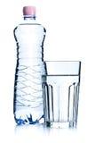 Glazen van water en plastic fles Royalty-vrije Stock Fotografie