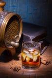 Glazen van whisky, spicery, boeken en klein vat royalty-vrije stock foto's