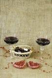 Glazen van wijn, twee harten en een mand met chocolade Royalty-vrije Stock Foto's
