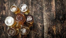 glazen vers bier Op houten achtergrond Royalty-vrije Stock Fotografie