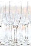 Glazen voor dranken en cocktails bij de feestelijke lijst Stock Fotografie