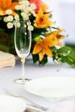 Glazen voor dranken en cocktails bij de lijst Stock Foto