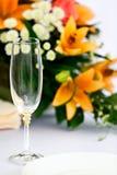 Glazen voor dranken en cocktails bij feestelijke lijst Stock Foto