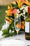 Glazen voor dranken en cocktails bij feestelijke lijst Royalty-vrije Stock Afbeelding