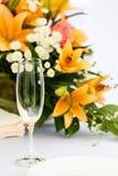 Glazen voor dranken en cocktails bij feestelijke lijst Stock Foto's
