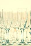 Glazen voor dranken en cocktails bij feestelijke lijst gestemd Stock Afbeeldingen