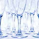 Glazen voor dranken en cocktails bij feestelijke lijst gestemd Royalty-vrije Stock Afbeeldingen
