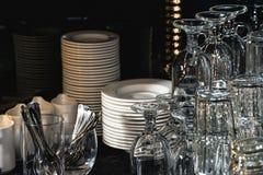 Glazen voor Margarita, een martini, een grog en een likeur in een bar stock afbeelding