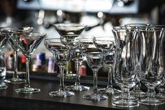 Glazen voor Margarita, een martini, een grog en een likeur op een bar bij r royalty-vrije stock foto's