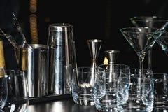 Glazen voor Margarita, een martini, een grog en een likeur op een bar bij restaurant, tegen de de muurachtergrond van de barbar stock foto's