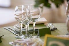 Glazen voor wijnstok Lijst voor een van het gebeurtenispartij of huwelijk ontvangst wordt geplaatst die, Stock Afbeelding
