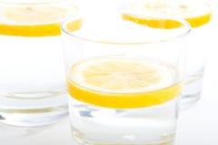 Glazen water met citroen (2 Stock Fotografie