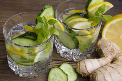 Glazen water met fruit, gember, komkommer Royalty-vrije Stock Foto