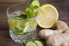 Glazen water met fruit, gember, komkommer Royalty-vrije Stock Afbeeldingen