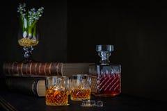 Glazen whisky met ijs op een donkere achtergrond stock afbeeldingen