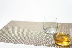 Glazen whisky met op witte achtergrond royalty-vrije stock fotografie